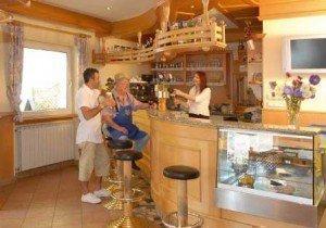 Il tradizionale bar tirolese dell'Hotel Schoberhof